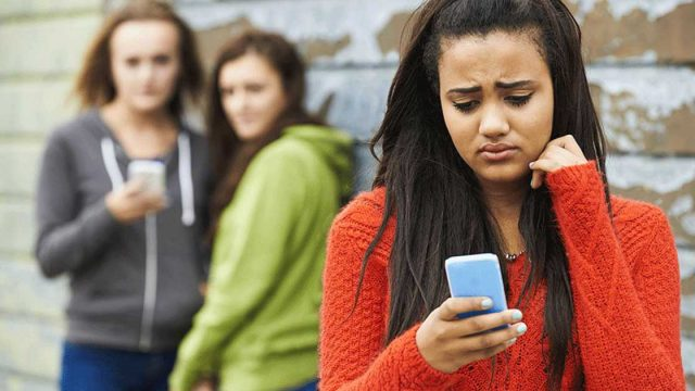 students with cellphones